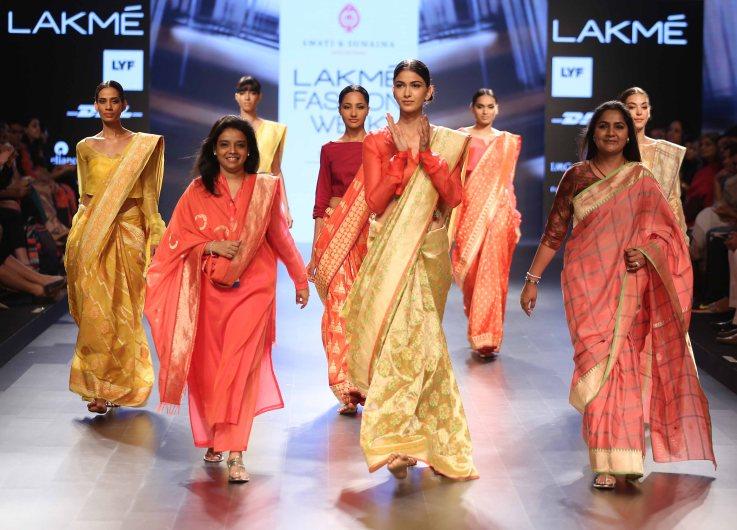 Swati & Sunaina with models at LFW SR 2016